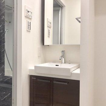 洗面台は大きい鏡が嬉しい〜※写真は5階の反転間取り別部屋のものです
