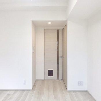 コンセントが双方に。どっちにテレビを置いても◎です。※写真は5階の反転間取り別部屋のものです