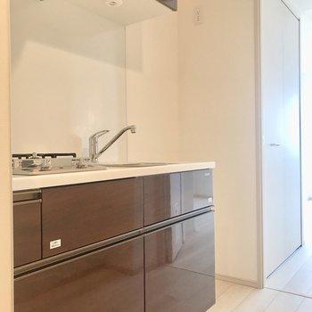 キッチン。冷蔵庫は右隣に。※写真は5階の反転間取り別部屋のものです