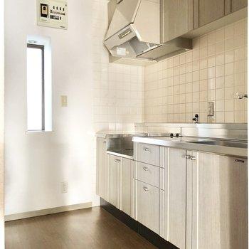 【DK】小窓からの光がキッチンを照らしてくれます