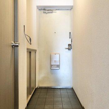玄関の方へ向かってみましょう