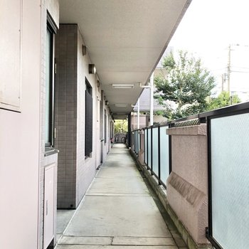 お部屋の前には長く続く廊下があります