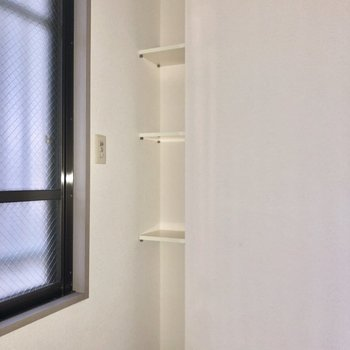 【洋室5.3帖】窓横にはスリムな収納がありました