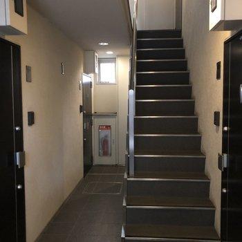 お部屋までは階段で。