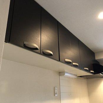 キッチンまで上にも収納があります。