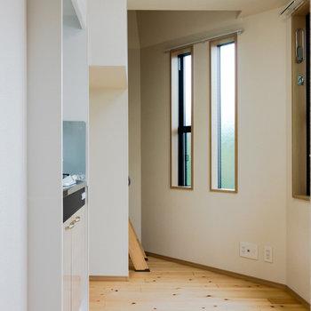 玄関側から撮影。圧迫感を減らすため、窓を複数配置しています。