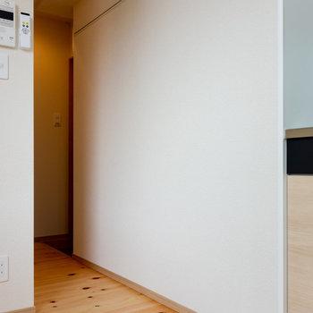 大きい冷蔵庫を使いたいときは、こちらに置くのもひとつの手かと。