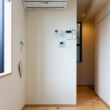 洗濯機は写真左手に。その隣に小型冷蔵庫を設置可能です。