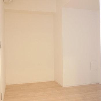 【4.2帖洋室】こちらは書斎や、お子様のお部屋にも使えそう。