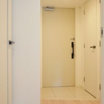 玄関から廊下を。