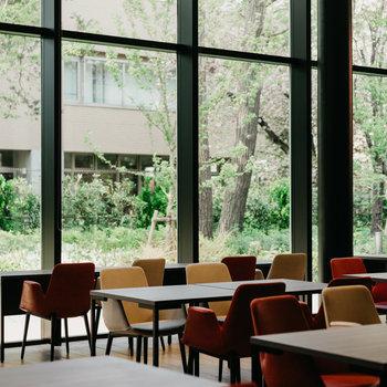 【共有部】広々とした食堂。緑がみえるっていい。一般の方も利用できます。