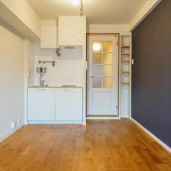 【イメージ】キッチン右横には冷蔵庫のスペースがしっかりとできます ※壁紙の色は違う場合があります