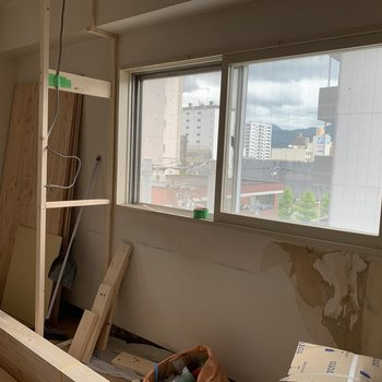 【工事中】こちらの窓は西向き〜遠くに山が見えますよ