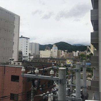ちょっと右側の眺望、電柱がちょっときになるけど、奥には山が見える!