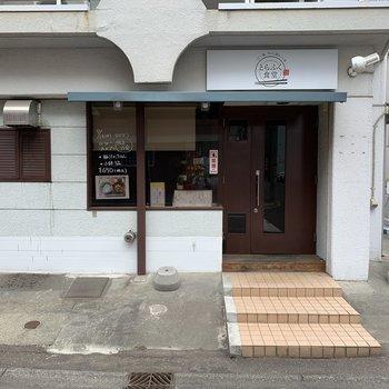 建物1階にお店オープンしました。 お昼は定食かな?