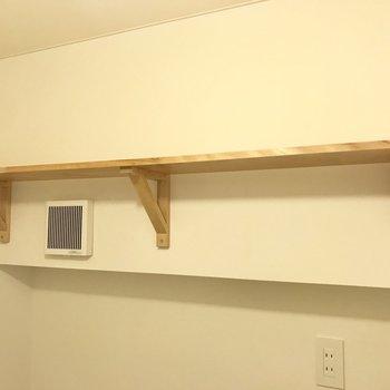 その上には棚がついてます。トイレットペーパーや洗剤などはここへ