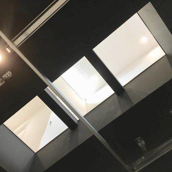 さっきのガラス床。お部屋の明かりも漏れてきます。