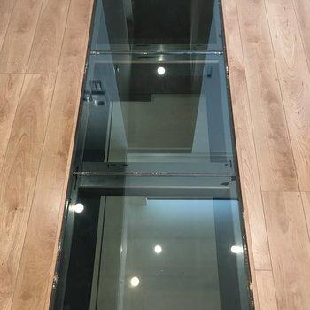 なんとガラス床が!1階のガレージが丸見えです。
