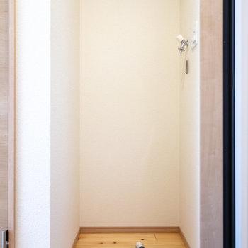 ドアから向かって右手に洗濯機置場。