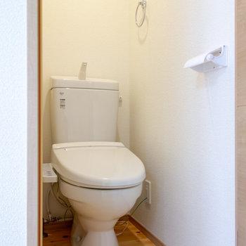 トイレの床にも無垢材を使用。