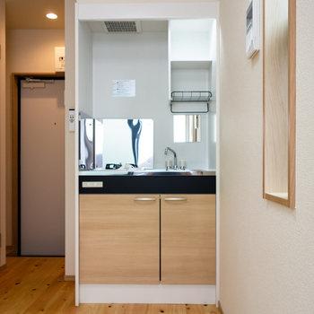 ウッド調のキッチン。冷蔵庫は右手に設置可能。
