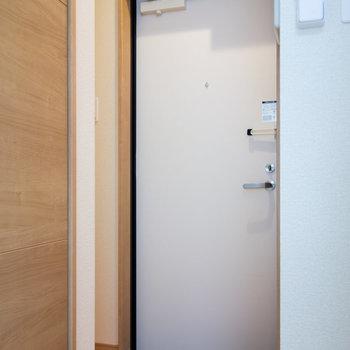 玄関周りはやや手狭。