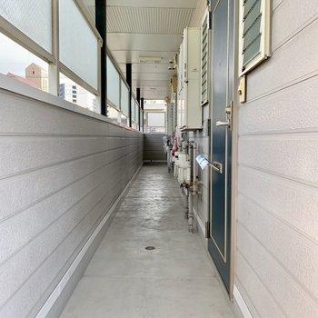 細めの共用廊下。