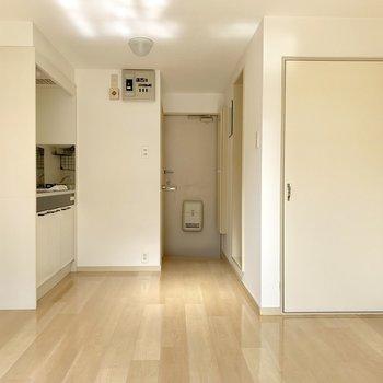 玄関から見えないようにパーテーションがほしいところ。