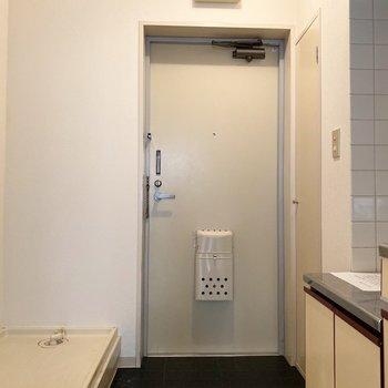 玄関左手には洗濯機置き場と、右手にはシューズボックスです※写真は2階の同間取り別部屋のものです