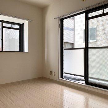 2面採光で明るく!※写真は2階の同間取り別部屋のものです
