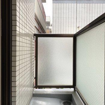 洗濯物をしっかり干せそうなベランダですよ※写真は2階の同間取り別部屋のものです