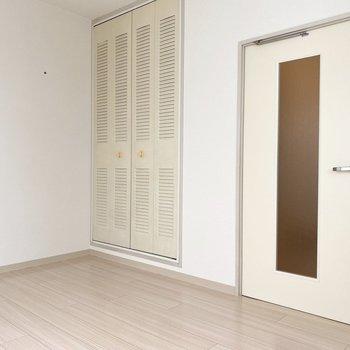 クローゼットが壁に馴染んでます※写真は2階の同間取り別部屋のものです