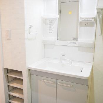 独立洗面台の隣に、収納スペースがあります!