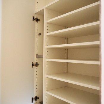 靴がたくさん入りそうなシューズボックス※写真は同階の同間取り別部屋のものです