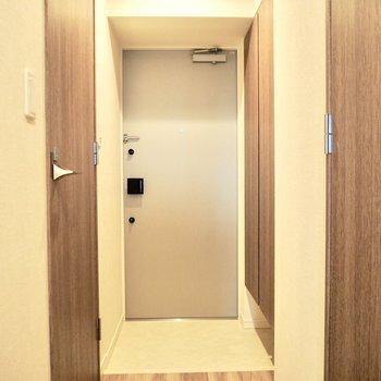 実は玄関はオートライトなんです※写真は7階の反転間取り別部屋のものです