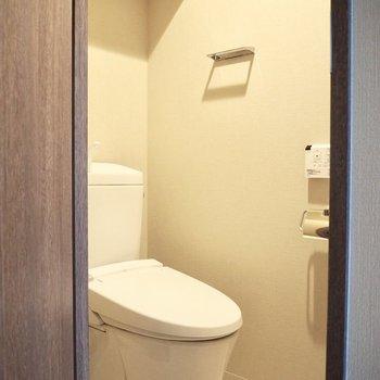 掃除用具を置いておける棚もあります※写真は7階の反転間取り別部屋のものです
