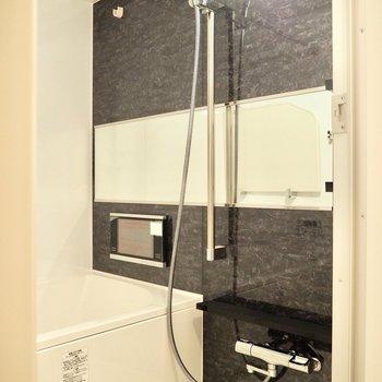 浴室はテレビ付きです!※写真は7階の反転間取り別部屋のものです