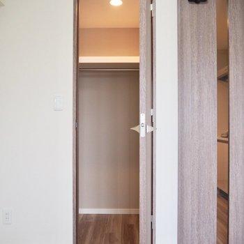 洋服以外もしまえるウォークインクローゼット※写真は7階の反転間取り別部屋のものです