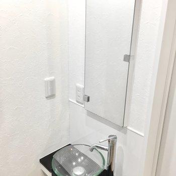 とってもスタリッシュなガラスの洗面台。