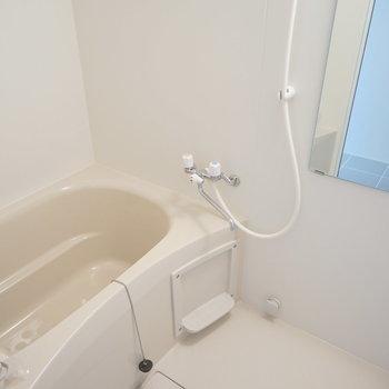 お風呂は白いです。※写真は3階の同間取り別部屋のものです