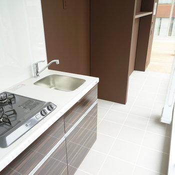 キッチンは廊下に。※写真は3階の同間取り別部屋のものです