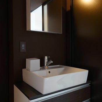 シックな洗面台!※写真は3階の同間取り別部屋のものです
