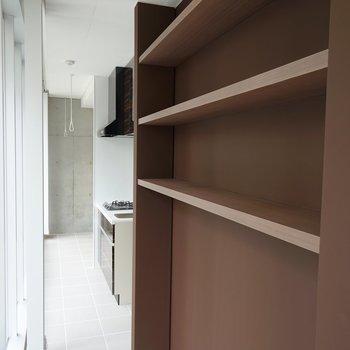 横には収納棚が。※写真は3階の同間取り別部屋のものです