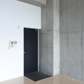 玄関に収納はありません(※写真は5階の反転間取り別部屋のものです)