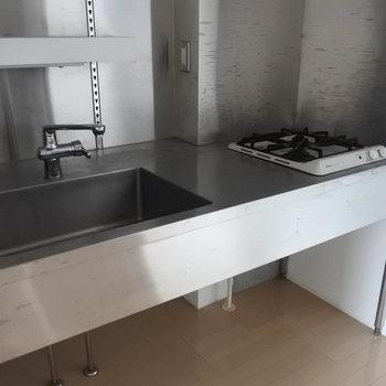 キッチンはザ・シンプル。(※写真は5階の反転間取り別部屋のものです)