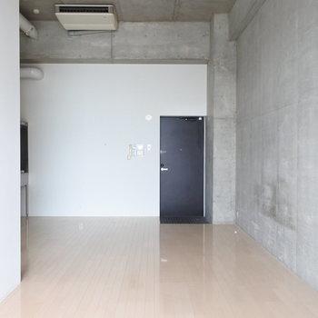 玄関から居室はダイレクトに。(※写真は5階の反転間取り別部屋のものです)