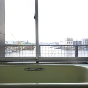 海を眺めるお風呂。シャンパンでも飲みながらどうぞ。(※写真は5階の反転間取り別部屋のものです)