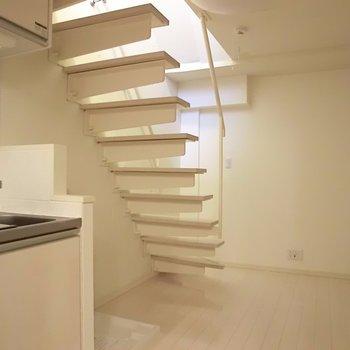 階段の存在感。その下には洗濯機スペースです。※写真は1階の反転間取り別部屋のものです