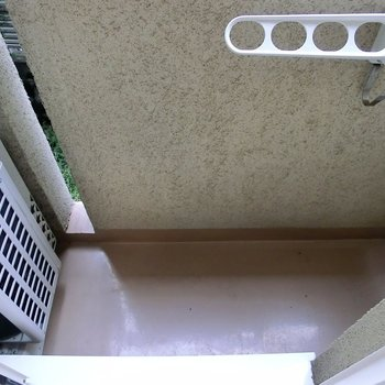 バルコニー狭い。※写真は1階の反転間取り別部屋のものです