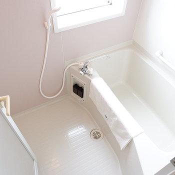 お風呂はライトピンクで明るくなっています